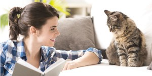 Vrouw met boek en kat