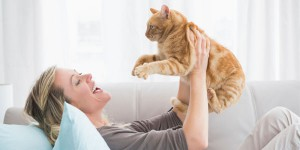 Vrouw op bank met kat